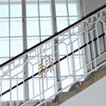 Stiegenaufgang mit Jugendstilgeländer und 3-teiliges Kastenfenster im Hintergrund