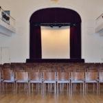 Sitzreihen mit Blick auf die Bühne