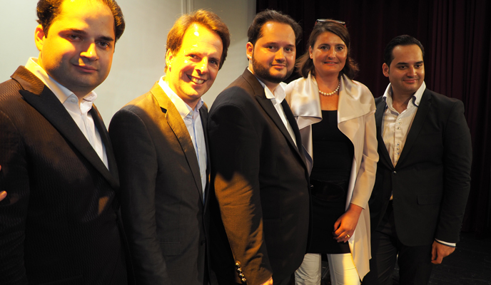 4 Männer im schwarzen Anzug und Dame in Abendkleidung