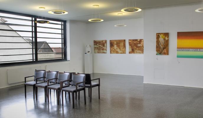 Großer Seminarraum mit 8 Stühlen, Bilder an den Wänden
