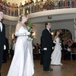 Tanzpaare - Damen in weiß mit roter Rose in der Hand, Herren im schwarzen Smoking