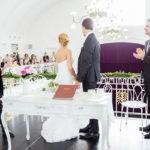 Braut und Bräutigam in der Mitte, rechts und links davon die Treuzeugen mit Blick Richtung Hochzeitsgäste auf der Galerie des Konzerthauses Weinviertel
