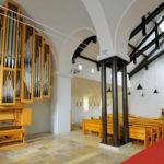 Blick auf die Orgel und das Kirchenschiff