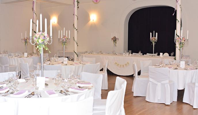 Tafel mit Kerzenleuchtern