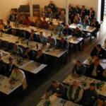 Tischreihen mit SeminarteilnehmerInnen