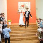 Brautpaar kommt über die Stiege ins Konzerthaus-Cafe